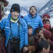 Carlos Soria y Jordi Roca con los nin?os lama del monasterio de Lho