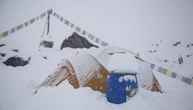 El campo base del Annapurna tras la intensa nevada caida a mediados abril 2015.  (©Expedición BBVA)