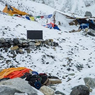 Estado del CB del Everest tras la avalancha.  (6 Summits Challenge)