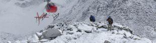 Un helicóptero aterriza en el campo base del Everest la temporada 2011.  (Darío Rodríguez/DESNIVEL)