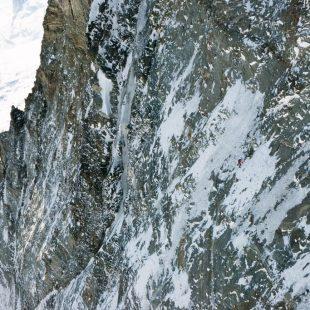 Dani Arnold en la cara norte del Cervino (Matterhorn) donde ha establecido un nuevo récord de velociadad. Abril 2015  ()