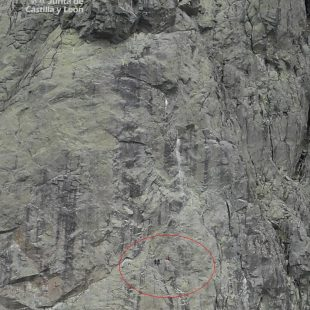 Rescatadores y escaladores descienden al herido en la Torre de Villarejo.  (JCyL)