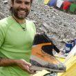 Dhaulagiri2011. Campo Base Dhaulagiri. Carlos Martínez muestra las botas que utilizará en la montaña.  (©Darío Rodríguez/Desnivel.com)