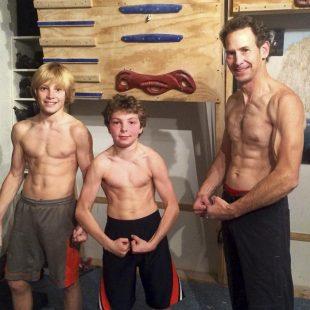 Eric Hörst sacando músculo junto a sus hijos Jonathan y Cameron Hörst  (Eric Hörst / trainingforclimbing.com)