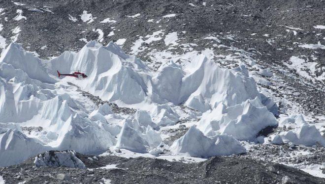 Un helicóptero sobrevuela el Glaciar del Kumbu