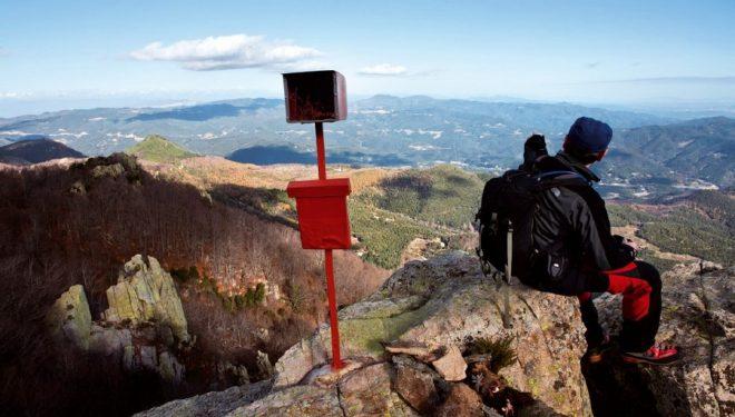 La exigua cima del Esquei de Morou permite un aéreo descanso mientras se contemplan las comarcas gerundenses.  (Jordi Longás)