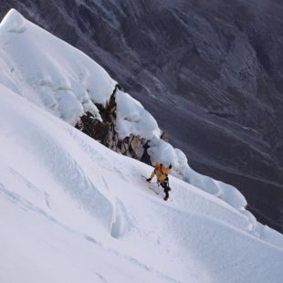 Tenji Sherpa alcanza la arista cimera del Cholatse (octubre 2015)  (Ueli Steck)