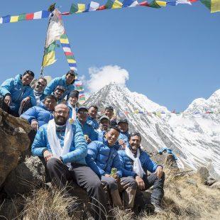 Carlos Soria y su equipo en el campo base del Annapurna 2016  (©Expedición Annapurna BBVA)