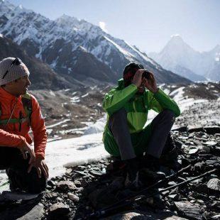 David Lama y Hansjörg Auer observan la línea de ascensión en el Annapurna III  (Col. D. Lama)