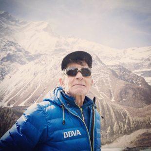 Carlos Soria vigila el tiempo sin perder de vista el Annapurna. Abril 2016  (Col. Carlos Soria)