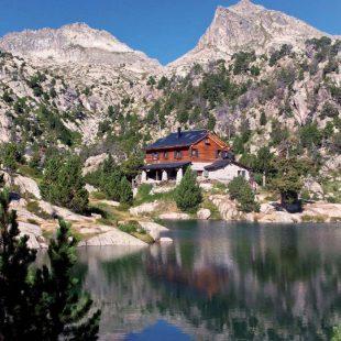 Refugio Josep Mª Blanch a orillas del Estany Tort de Peguera en Pirineos  (Jordi Longás)
