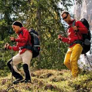 Caminando con mochila bien ajustada al cuerpo