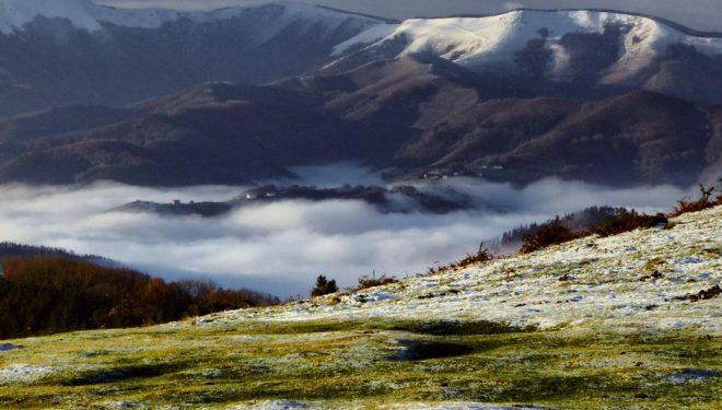 Los bellos montes que rodean el embalse de Artikutza cubiertos por una temprana nevada.  (Bego Masdefiol)