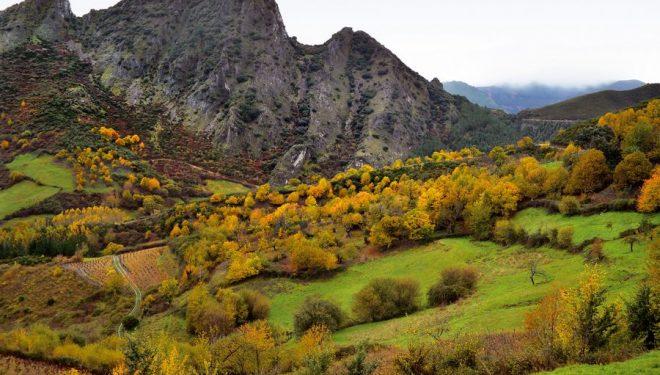 Los Penedos de Oulego vistos desde el valle de Enxertos.  (Anxo Rial)