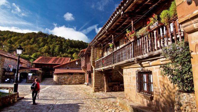 Casonas montañesas de Bárcena Mayor con sus características balconadas de madera.  (Francisco Javier Sobrino)