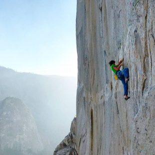 Adam Ondra en el largo 14 (9a) del Dawn Wall