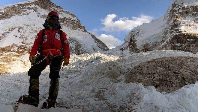 El alpinista madrileño Carlos Rubio al pie de la Cascada de Hielo durante la expedición invernal al Everest 2017.  (©Alex Txikon)