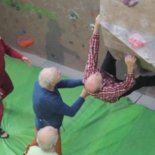 La edad no es un impedimento para escalar  ()