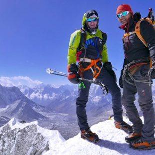 Ueli Steck y Tenji Sherpa en la cima del Island Peak.  (© Ueli Steck)