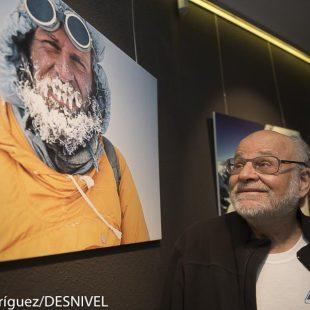 Kurt Diemberger se contempla a sí mismo en el IX Ciclo de Conferencias de Montaña de Tarragona 2016  (© Darío Rodríguez/DESNIVEL)