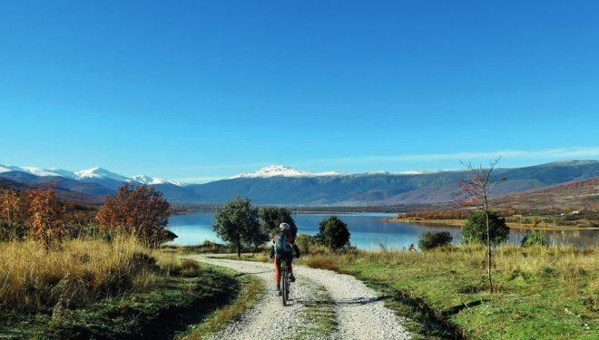 Peñalara y Cabezas de Hierro desde el tramo del Embalse de Pinilla en el Camino Natural de Lozoya  (DIONI SERRANO)