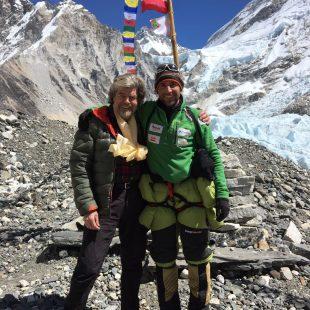 Reinhold Messner y Alex Txikon (derecha) en el Campo Base del Everest invernal.  (Alex Txikon)