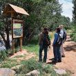 Un grupo de excursionistas mira un panel del Camino Natural del Ebro  (CORTESÍA PRAMES)