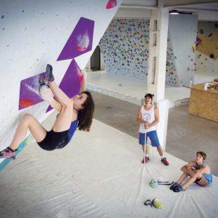María Benach poniendo a prueba su elasticidad en un movimiento sobre volúmenes
