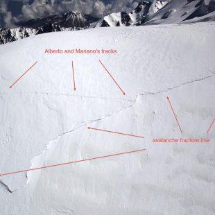 Las huellas de Alberto Zerain y Mariano Galván en la arista Mazeno y el punto donde se produjo la avalancha.  (©Alex Gavan)