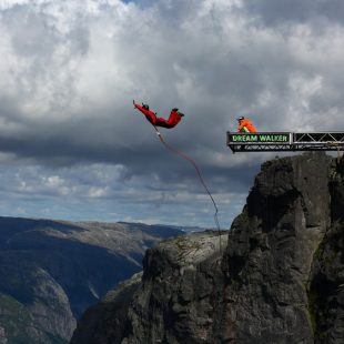 Carlos Torija salta en el Kjerag (Noruega)  (Foto: Dream Walker)