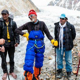 Alberto Iñurrategi con otros alpinistas tras el rescate del italiano Valerio Annovazzi en el Gasherbrum II (julio 2017)  (©Arkaitz Saiz)