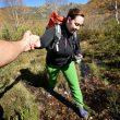 La senderista de la imagen consigue ayuda para superar el barrizal en plena ruta del Abedular de Corueñón