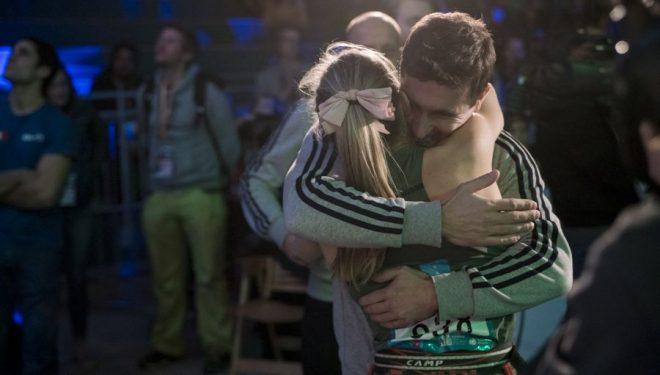 Janja Garnbret felicita a Romain Desgranges tras proclamarse campeón de la Copa del Mundo de Dificultad 2017.  (Eddi Fowke)