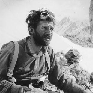 Hermann Buhl en el Broad Peak (junio 1957)  ()