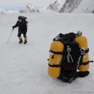 Campo base del Everest 2011. Mochila con botellas de oxígeno en el campo 1.  (©Darío Rodríguez 2011)