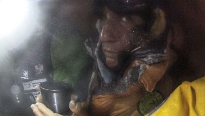 Elisabeth Revol tras ser rescatada en el Nanga Parbat bebe algo en la tienda vivac a 5.950 metros.