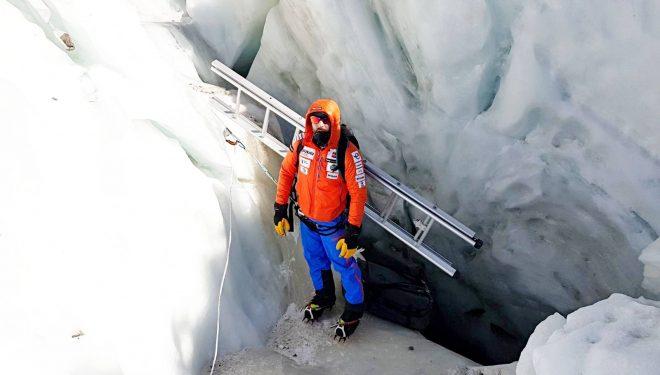 Alex Txikon trabajando en el equipamiento de la Cascada de Hielo del Everest 2018.