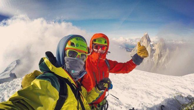 Vlad Kapusan y Torok Zsolt en la cima del Cerro Adela Sur, tras escalar su 'Variante rumana'