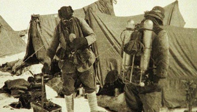 George Mallory y Andrew Irvine a punto de iniciar su escalada