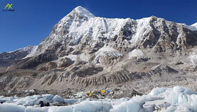 El Pumori (7.161 m). Cima situada a al oeste del Everest, montaña con la que comparte campo base.