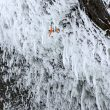 Dani Arnold en 'Power shrimps' en las Helmcken Falls. Mammut/Thomas Senf
