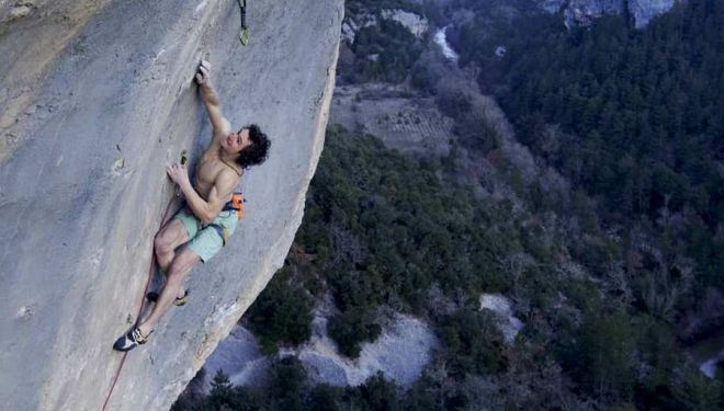 Adam Ondra resuelve al flash 'Super crackinette' 9a+ de St. Léger du Ventoux