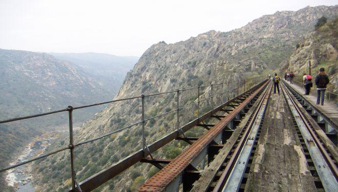 Uno de los largos puentes de hierro del tren de la Fregeneda.