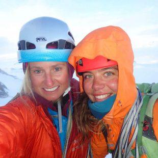 Brette Harrington y Caro North en la cima del Southern Duke (Alaska) después de abrir una línea en la cara NE. 2018