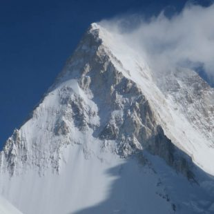 Vista del Gasherbrum IV (7.925 m). A la derecha, la vía de Bonatti. A la izquierda, la que van a intentar Iker Madoz, Marc Toralles, Roger Cararach y Oriol Baró. 2018