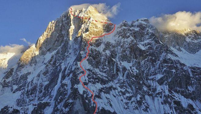 Esta es la ruta que siguieron en el Latok 1 (7.145 m.) Luka Stražar, Aleš Česen y Tom Livingstone (agosto 2018). En la línea de puntos el recorrido que siguieron en la parte superior por la vertiente sur.