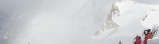 Guías y clientes inician el descenso de la estación superior del teleférico de la Aiguille du Midi para recorrer el Vallée Blanche o realizar otros recorridos o ascensiones en el Macizo del Mont Blanc.