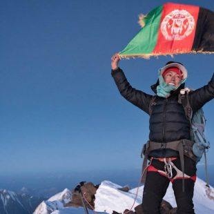 Hanifa Yousoufi en la cima del Noshaq (7492 m) tras convertirse en la primera mujer que llega a la cumbre de la montaña más alta de Afganistán. 2018