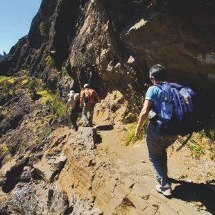 Un grupo de caminantes se dirige al área de acampada de la Caldera