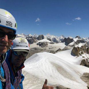 Maurizio Giordani y Massimo Faletti en la cima del Kiris Peak después de abrir 'Water World' (1250 m 7a/A2, 65º, M3) en Pakistán.